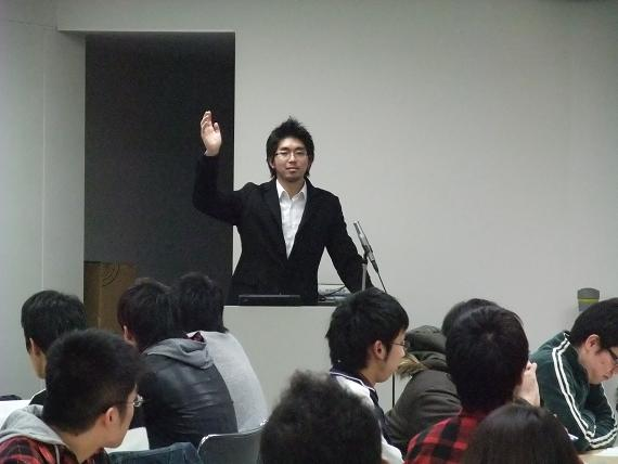 電気通信大で講座をする宮崎謙介さん