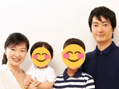 加藤鮎子と夫の角田賢明さんと2人の子ども