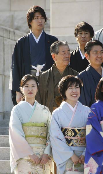 和装振興議員連盟の記念撮影に参加した宮崎謙介と加藤鮎子