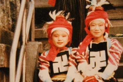 角兵衛獅子の衣装を着た小さい頃の金子恵美さん
